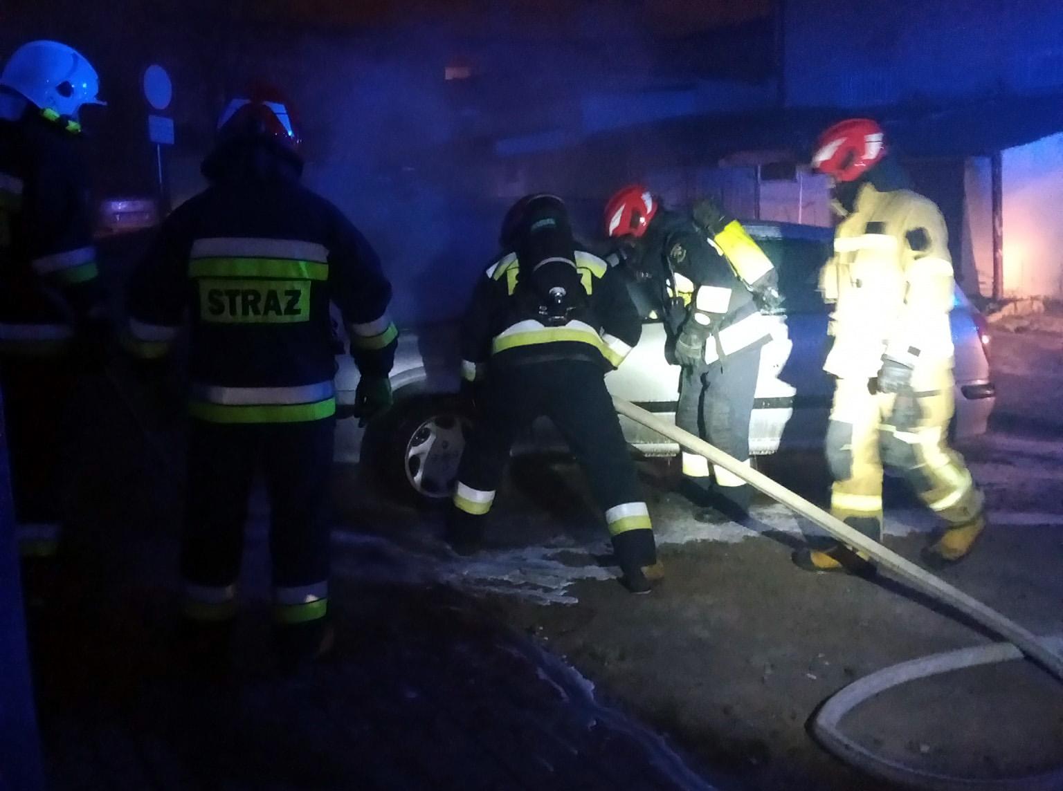 Płonął samochód przy Alei Wojska Polskiego [FOTO]