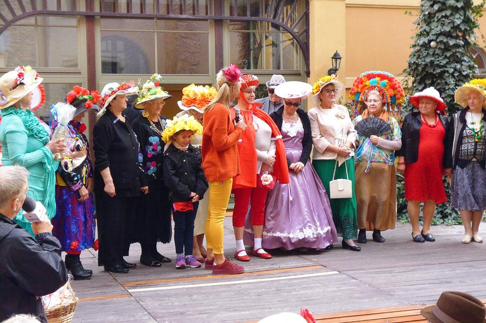 Seniorzy z fantazją i kapeluszami [FOTO]